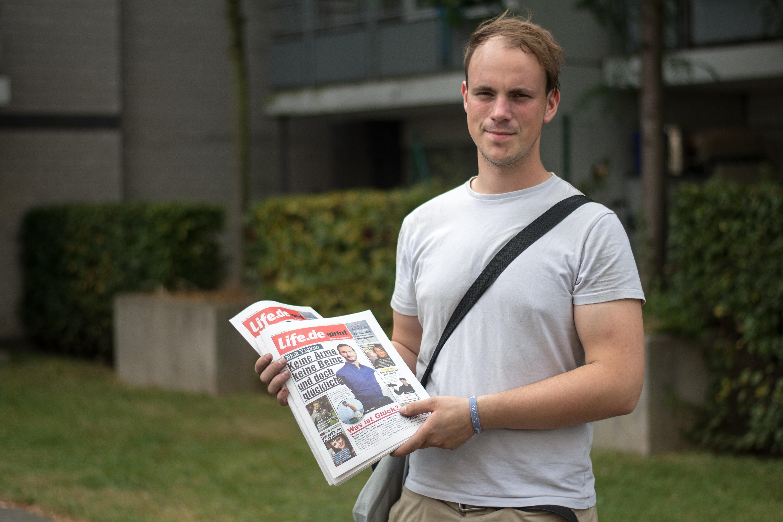 Sebastian Dabrowicz mit Zeitung und Tasche